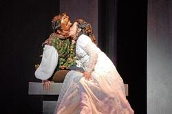 Maria Alejandres as Juliette and Sebastien Gueze as Romeo