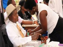 President Museveni taking a public HIV/AIDs test