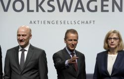 Herbert Diess, left, CEO of the Volkswagen stock company, and the members of the Board of Management of Volkswagen, Hiltrud Dorothea Werner, right, and Frank Witter, left, pose for the media prior to the shareholder's meeting in Berlin, Germany, Thursday, May 3, 2018