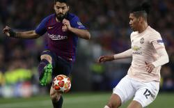 Barcelona forward Luis Suarez, left, duels for the ball with Manchester United's Chris Smalling during the Champions League quarterfinal, second leg, soccer match between FC Barcelona and Manchester United at the Camp Nou stadium in Barcelona, Spain, Tuesday, April 16, 2019