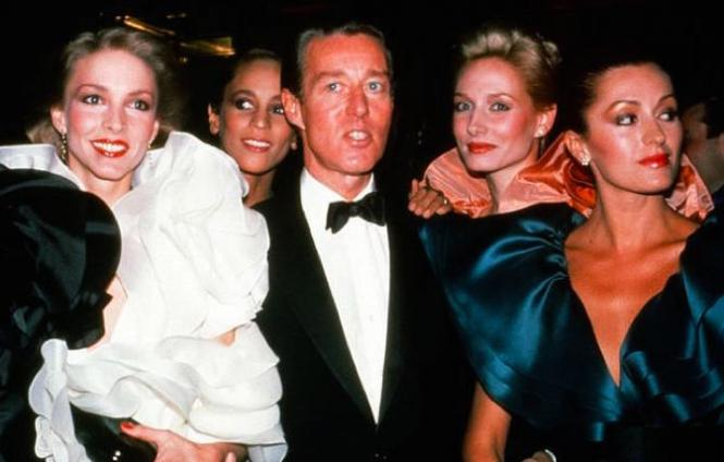 Halston (center) withhis models, the Halstonettes