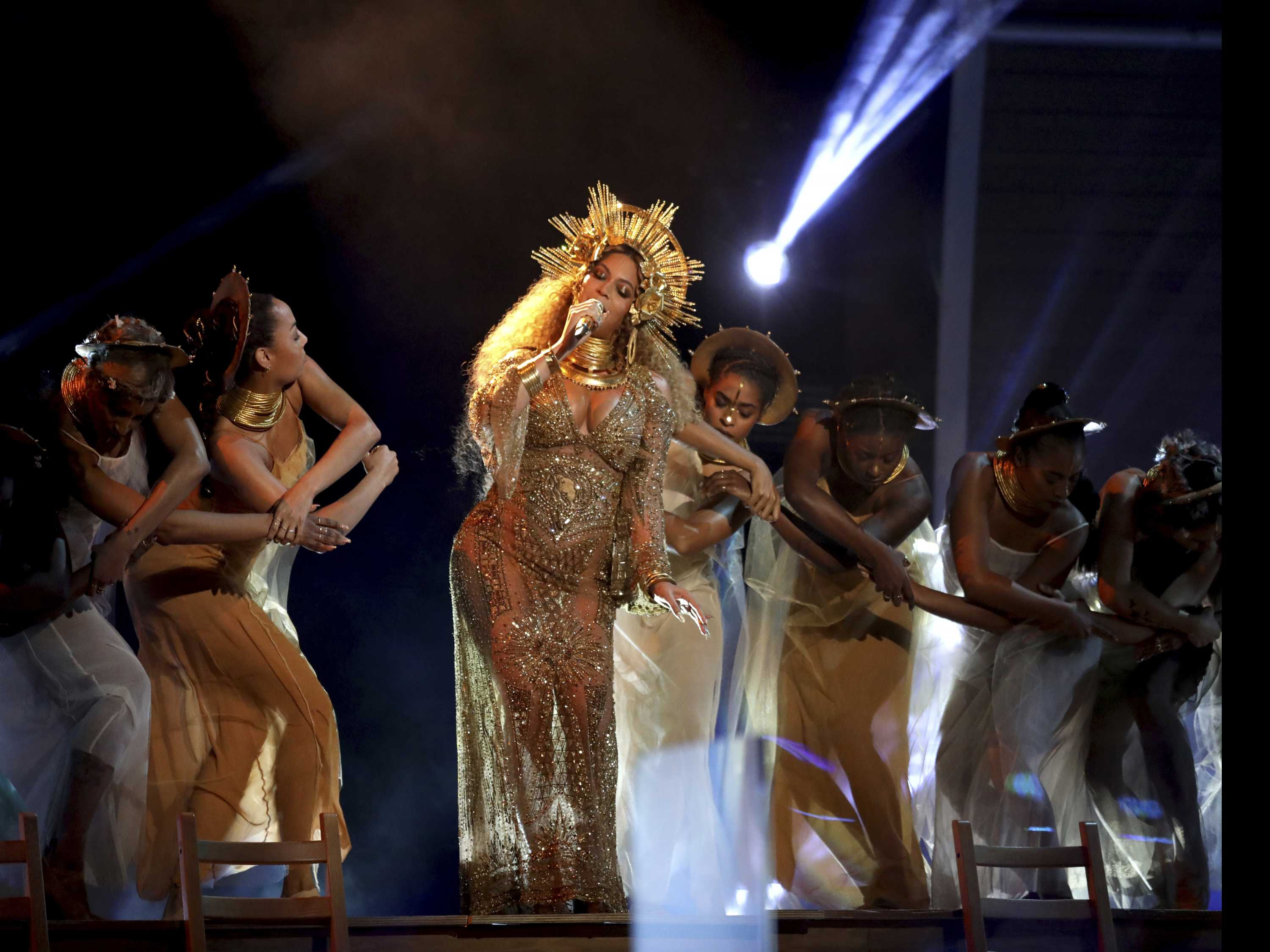 Beyonce Wows At Grammys, Davie Bowie Wins 4 Awards