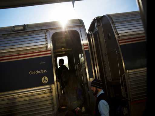 Pizza Delivery Man Takes Pie to Stalled Amtrak Train