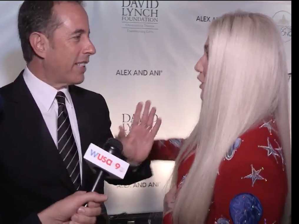 PopUps: Watch Kesha Try to Hug Jerry Seinfeld, Who Has No Idea Who She is