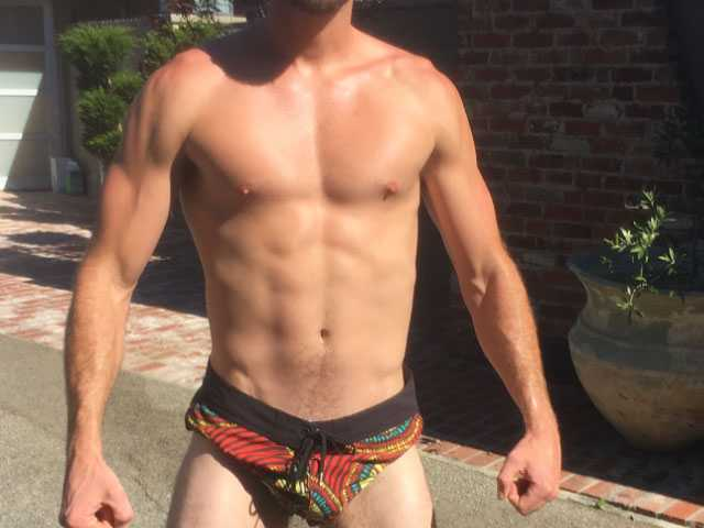 PopUps: Liam Hemsworth Shows Off Bod in 'Tiny Shorts'