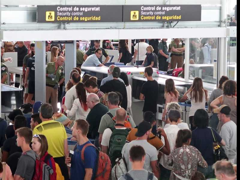 Security Workers at Barcelona Airport Plan 24-Hr Strike