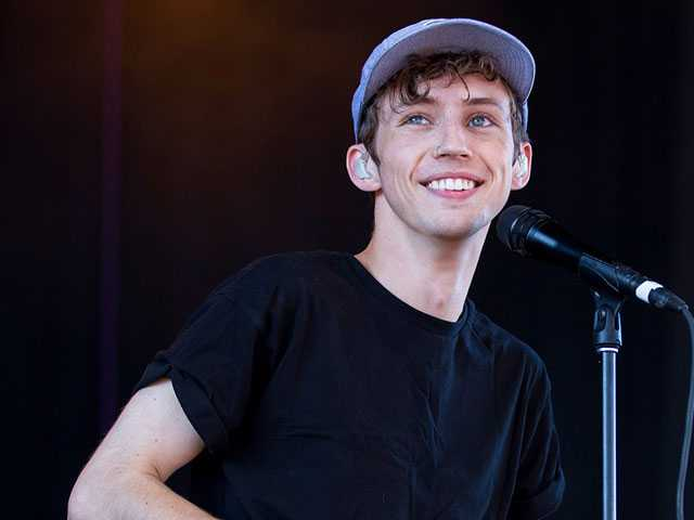 PopUps: Did Out Singer Troye Sivan Throw Away Flowers From a Fan? Twitter Thinks So