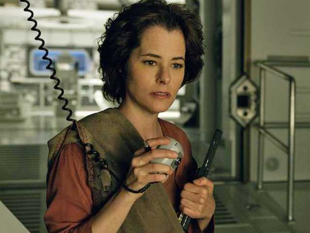 Parker Posey Makes an Excellent Villain in Netflix's Pointless 'Lost in Space' Reboot