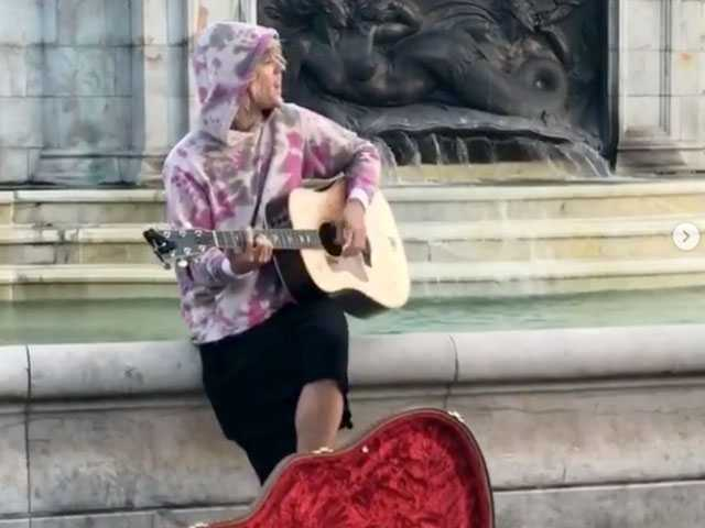 Justin Bieber Busks Outside Buckingham Palace... Again