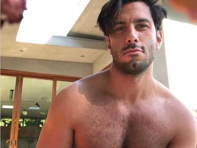 PopUps: Let Ricky Martin's Husband Cheer Up Your Monday with Shirtless Selfie