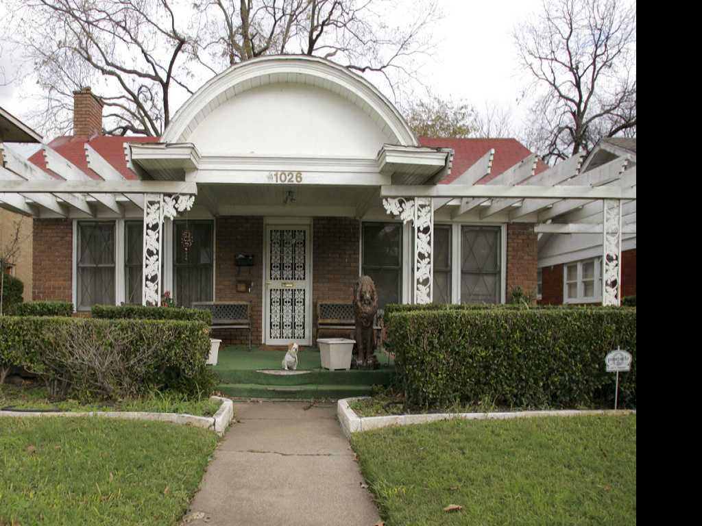 Tourists Drawn to Lee Harvey Oswald's Dallas Homes