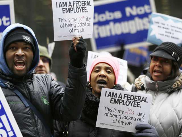 Federal Workers Seek Loans, Second Jobs as Shutdown Lingers