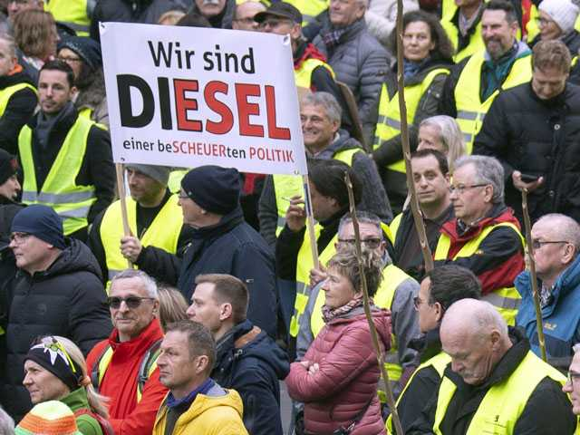Hundreds Protest in Germany Against Ban on Older Diesel Cars