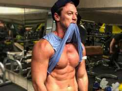 PopUps: Luke Evans Turns Head with Shirtless Workout Pic