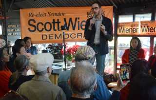 Hundreds turn out for Wiener's reelection bid
